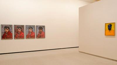 Vista del espacio que confronta la obra de Warhol (Mao) y la de Haring (Elvis Presley)