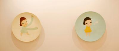 altDos de las tres piezas de Yoshitomo Nara en la exposición.
