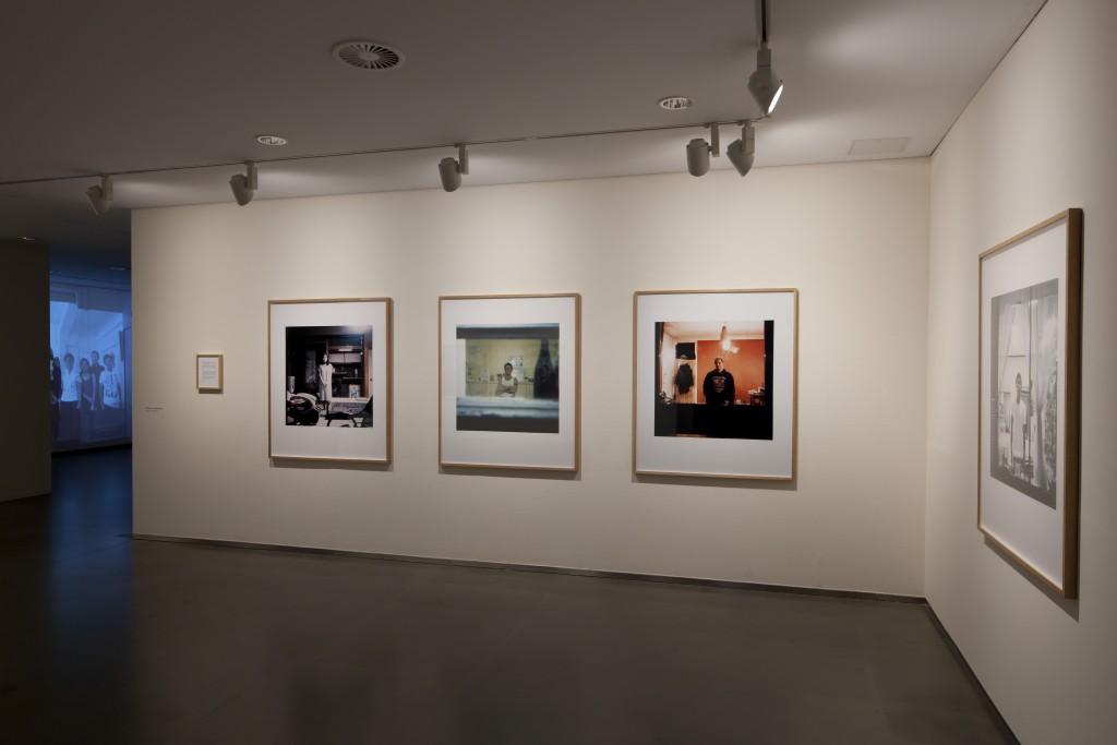 Asuntos Domésticos. Exposición colectiva co-comisariada con Pedro Vicente. Visiona, Diputación de Huesca, Huesca, 2014-2015. Obra: Stranger (serie fotográfica), Shizuka Yokomizo, 1998-2000. Foto: © Fernando Ávila.
