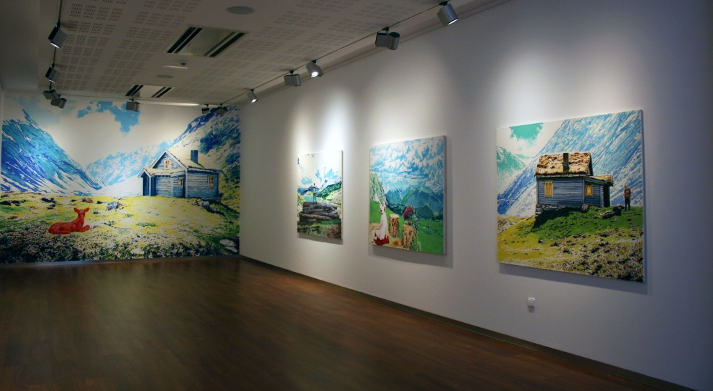 """Vista de la exposición """"Líneas onduladas para el agua y festones para las nubes"""" en la sala CUC de Antequera (Málaga).  Al fondo se ve el mural El ciervo rojo, 2014"""