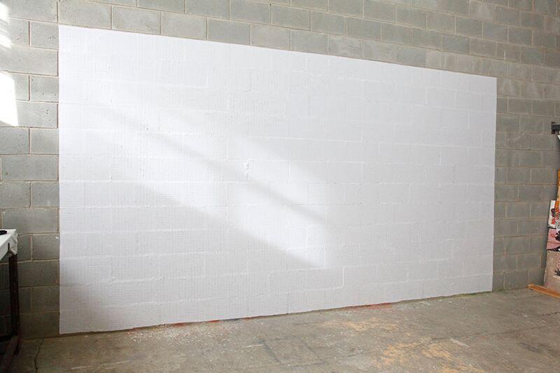 Isabel Servera. 11,4m2 de pared etiquetada, 2011. HANGAR