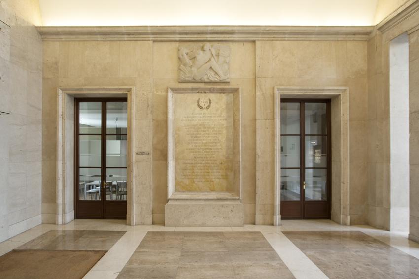 Tania Blanco. 15M, España. Acrílico sobre tela, ruedas / 140 x 230 cm / Fotomontaje en el Hall de la Casa de Velázquez, Académie de France à Madrid / 2015