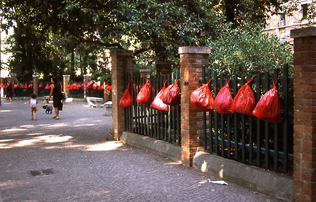 """""""Borse rose per Venezia"""", acción en las calles de la ciudad, 11 y 12 de junio de 2003. VV2 Recycling the Future, 50 Bienal de Arte de Venecia."""