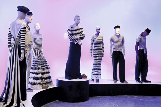 """Faldas masculinas en la exposición """"Jean Paul Gaultier: Universo de la moda. De la calle a las estrellas"""". Fundación MAPFRE, 2012."""