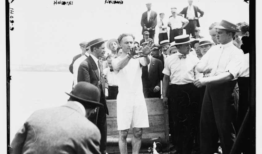 Houdini a punto de hacer un número de escapismo. Librería del Congreso