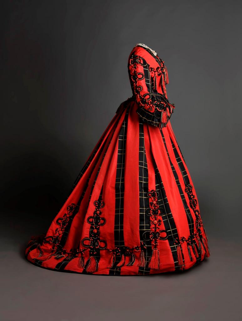 Traje en satén de color negro y coral con aplicación de pasamanería. 1865-1868. Museo del Traje CIPE. © Pablo Linés Viñuales