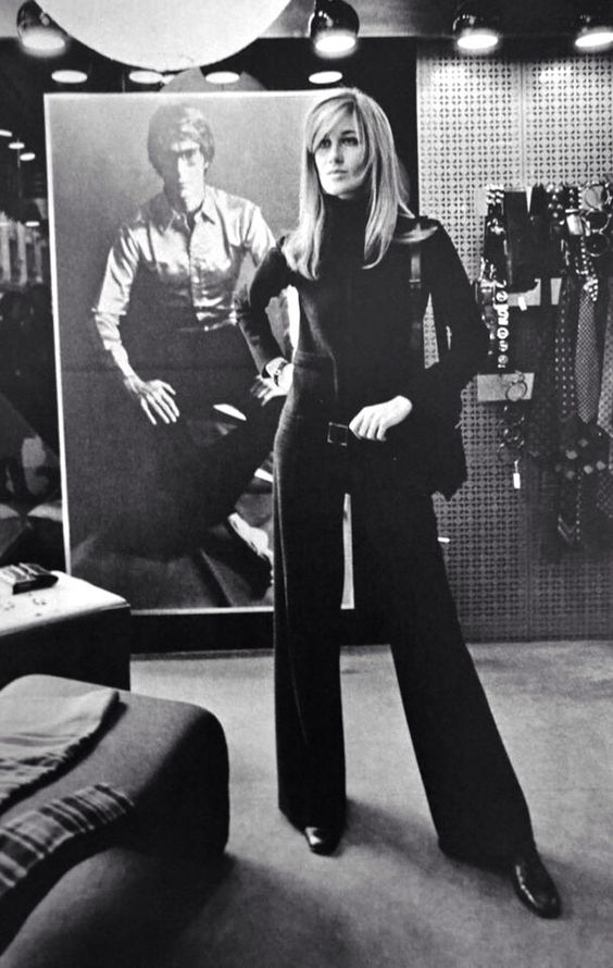 Betty Catroux lleva un mono de Saint Laurent en una de sus tiendas