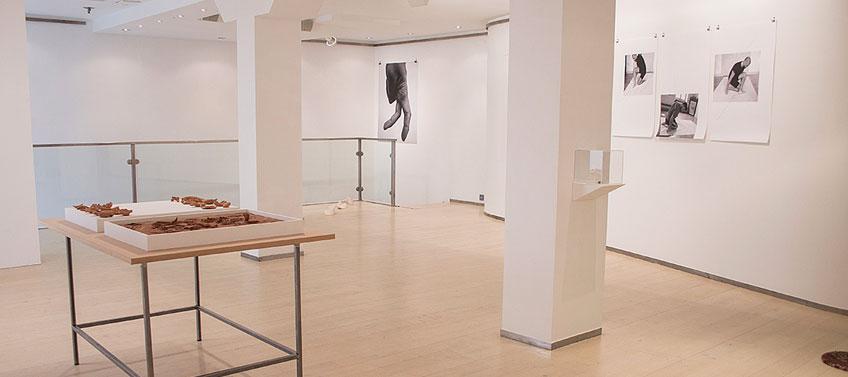 """galería José de la Fuente. Vista de la exposición colectiva """"Ejercicios topológicos – Juan Duque, Nicolás Lamas, Alexandra Colmenares"""""""