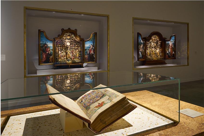 Exposición Utopía, M Museum, Lovaina. Al fondo dos retablos ajardinados de Malinas.