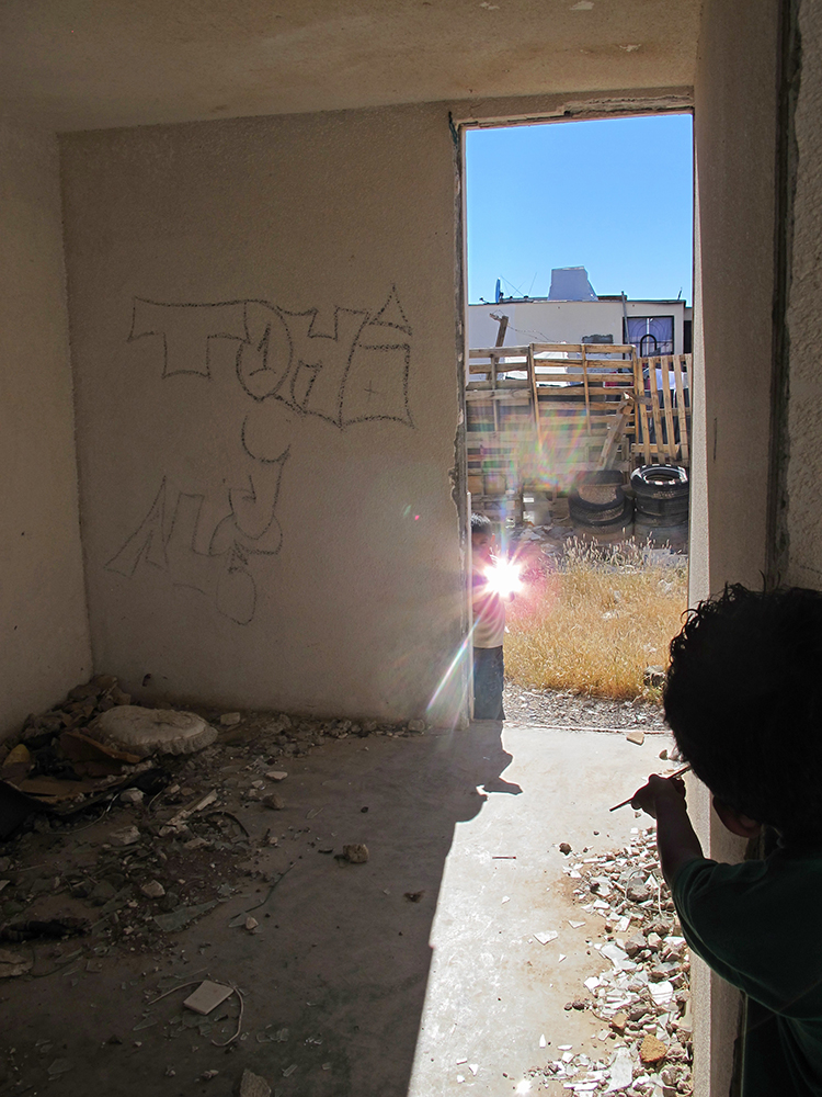 Francis Alÿs. Children's Game #15: Espejos, Ciudad Juárez, México, 2013