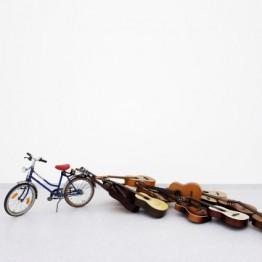 Janis E. Müller. Fahrrad für Konzert mit Fahrrad und Gitarren, 2013. Cortesía del artista