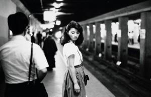 Ed van der Elsken. Girl in the subway, Tokyo, 1981. . Nederlands Fotomuseum  Foto: © Ed van der Elsken / Collection Stedelijk Museum Amsterdam