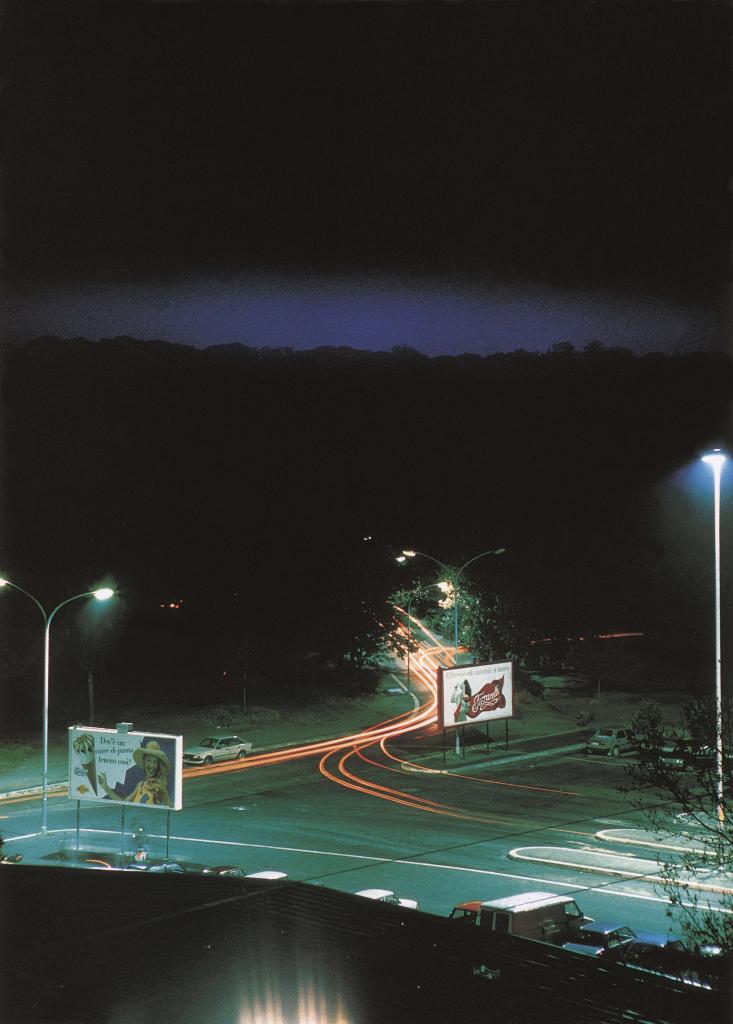 Lewis Baltz. Piazza Pugliese, de la serie Generic Night Cities, 1992. Colección del Stedelijk Museum, Ámsterdam © The Lewis Baltz Trust
