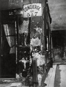 Brassaï. Concierge's Lodge, Paris, 1933. © Estate Brassaï Succession, París
