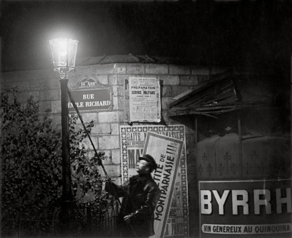 Brassaï. Extinguishing a Streetlight, rue Émile Richard, hacia 1932. © Estate Brassaï Succession, París