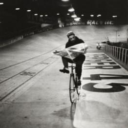 Henri Cartier-Bresson. Carrera ciclista « Los Seis Días de París », velódromo de invierno, París, Francia, noviembre 1957. Colección Fundación Henri Cartier-Bresson, París © Henri Cartier-Bresson/Magnum Photos, cortesía Fundación Henri Cartier-Bresson