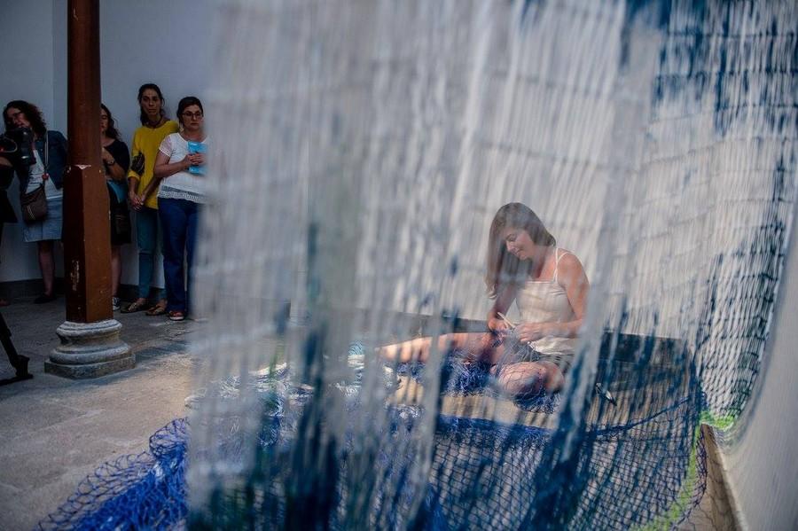 Performance de Esther Aldaz durante la inauguración de la muestra en el CAAM