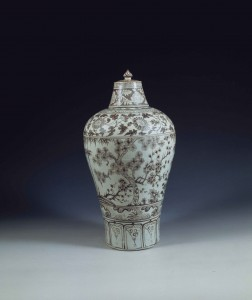 Jarrón con tapa con decoración bajo esmalte roja encontrado en la tumba de la princesa Ancheng, 1384 – 1443. © Nanjing Museum
