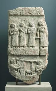 Estela de la música, 2140-2110 a.C. Tello, Irak. © RMN-Grand Palais, Musée du Louvre. Foto: Mathieu Rabeau