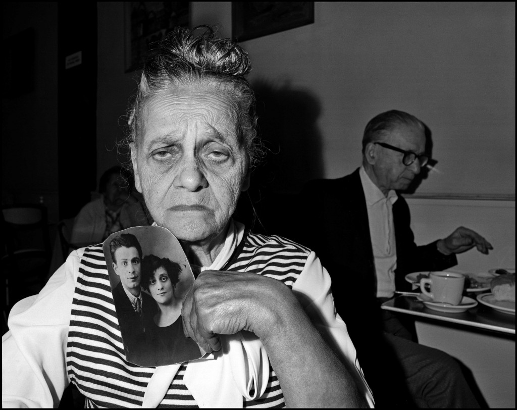 Bruce Davidson. Bessie Gakaubowicz, Cafetería Garden, Nueva York, 1973-1976. © Bruce Davidson / Magnum Photos