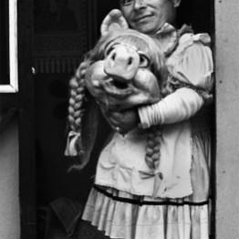 Paz Errázuriz. Miss Piggy II, Santiago, de la serie El circo, 1984. Cortesía de la artista © Paz Errazuriz