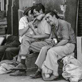 Paz Errázuriz. Compadres, Santiago, de la serie Personas, 1987. Cortesía de la artista. © Paz Errazuriz