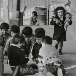 Paz Errázuriz. Centro de acogida, Santiago, de la serie Niños, 1994. Cortesía de la artista. © Paz Errazuriz