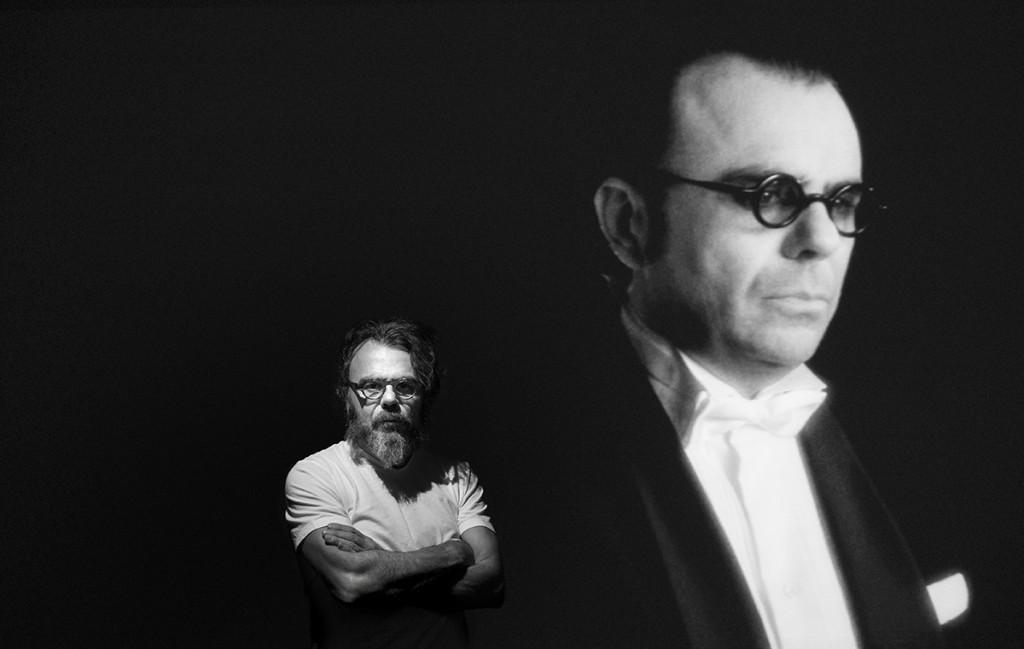Bernardí Roig con su obra Otras manchas en el silencio, 2011. Exposición «Bernardí Roig. Films 2000-2018», museo Es Baluard, Palma, 2018. Fotografía: Vicente Negre