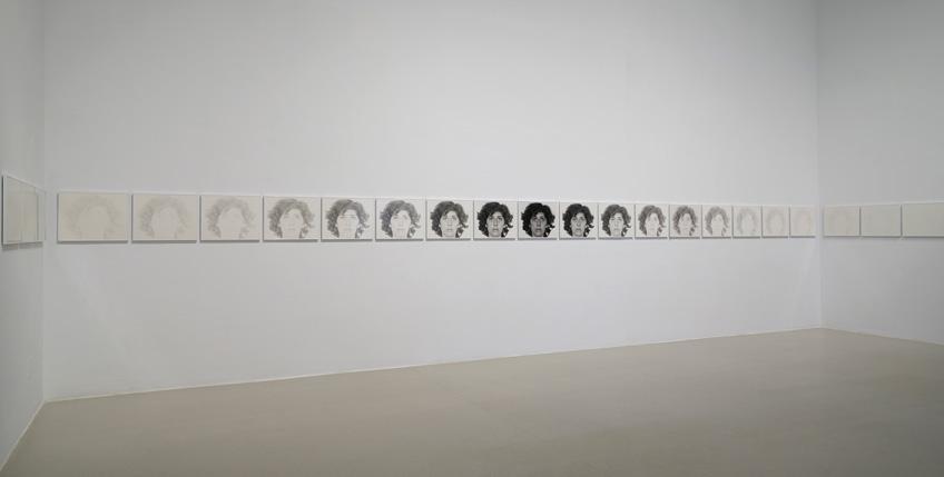 """Vista de sala de la exposición """"Todas las variaciones son válidas, incluida esta"""" en el Palacio de Velázquez"""