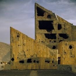 """Simon Norfolk. Antiguo """"Palacio de la Cultura"""" de la era soviética, Kabul, 2001. Cortesía de Simon Norfolk"""
