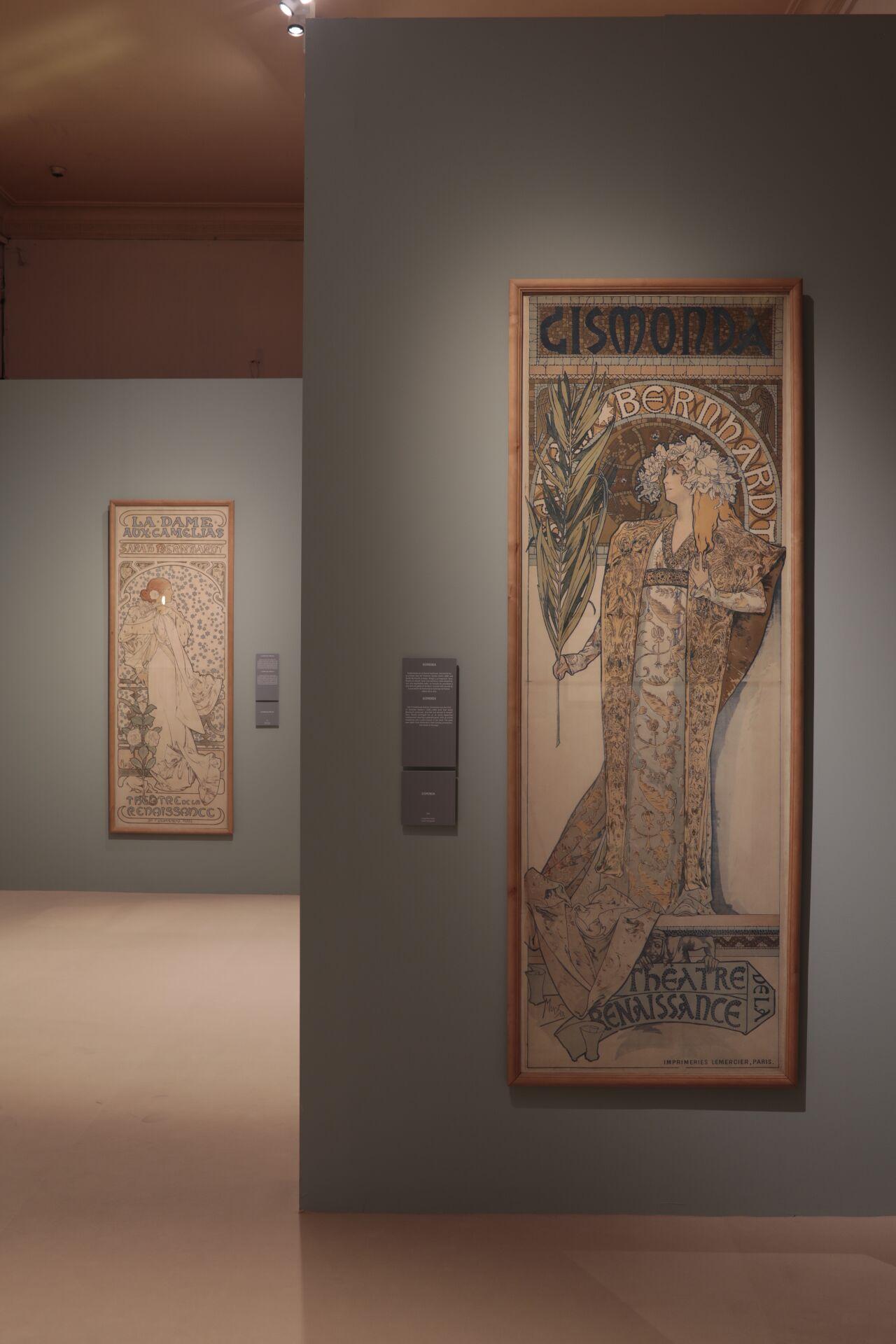 Vista de la exposición y de uno de los carteles de Sarah Bernhardt. ©Jesús Varillas. Cortesía Arthemisia
