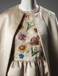 Maison Givenchy. Conjunto de noche compuesto por vestido y abrigo en satén crudo, cuerpo con flores multicolores bordadas. Llevado por Jackie Kennedy. Verano de 1961