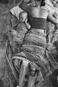 Gervasio Sánchez. Sofía Elface Fumo, víctima de una mina antipersona, duerme junto a su hija Alia Massaca (Mozambique), 2007