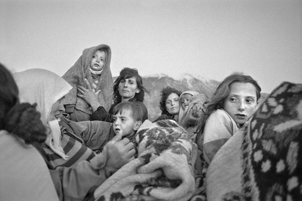 Gervasio Sánchez. Refugiados albanokosovares se protegen del frío Kubes (Albania), 1999