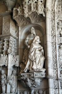 Manuel I custodiado por san Jerónimo en la entrada de la iglesia del Monasterio de los Jerónimos
