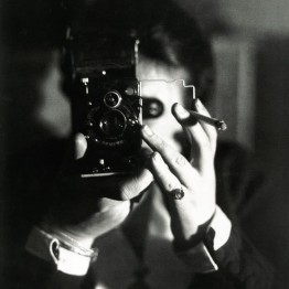 Germaine Krull. Autorretrato con carrete, hacia 1925. Ancienne collection Christian Bouqueret. Centre Pompidou, Paris. Musée national d'art moderne/Centre de création industrielle. © Estate Germaine Krull, Museum Folkwang, Essen. Photo : © Centre Pompidou, MNAM-CCI, Dist. RMN-Grand Palais / image Centre Pompidou, MNAM-CCI
