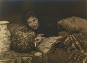 Hans Basler. Retrato de Germaine Krull, Berlin 1922. Museum Folkwang, Essen. © Estate Germaine Krull, Museum Folkwang, Essen
