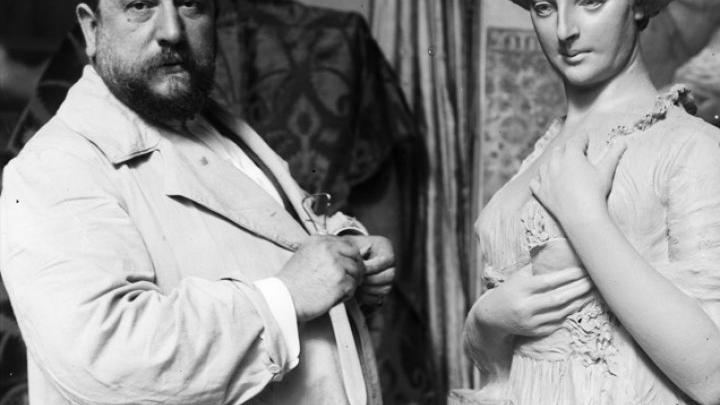 Ruiz Vernacci. José Llaneces trabajando en su estudio, hacia 1915