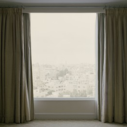 Anna Malagrida. Sin título (Ventana cortinas, Four Seasons, Amman) (Serie Vistas Veladas)