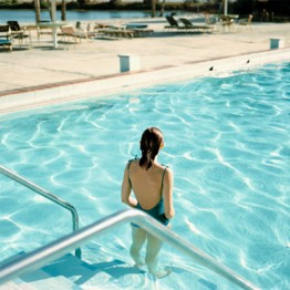 Stephen Shore. Ginger Shore, Causeway Inn, Tampa, Florida, 17 de noviembre de 1977. De la serie Uncommon Places