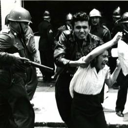 Enrique Bordes Mangel. Maestro rescatando a una compañera de la policía, 1958