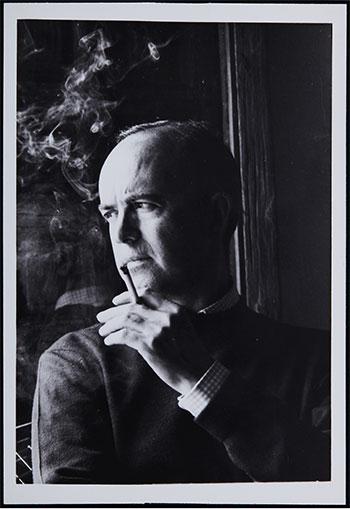Retrato de Eusebio Sempere fumando, ca. 1962-1963. Autor desconocido. Fondo Documental Eusebio Sempere, MACA Museo de Arte Contemporáneo de Alicante