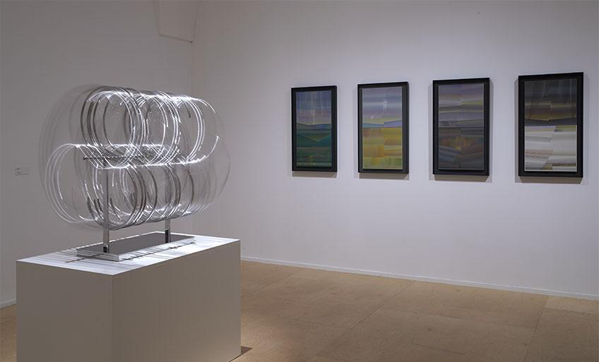 Móvil de la S (1972-1973) en movimiento y al fondo Las cuatro estaciones (1978)