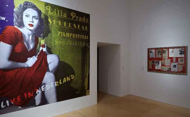 Vista de sala de la exposición de Ulises Carrión Querido lector. No lea