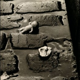 Wols. Muñeca pepona sobre los adoquines, 1938-1939