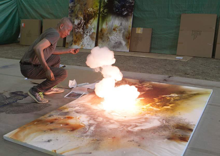 Cai Guo-Qiang durante la creación con pólvora de una pintura 2016. Foto de ST Luk, cortesía de Cai Studio