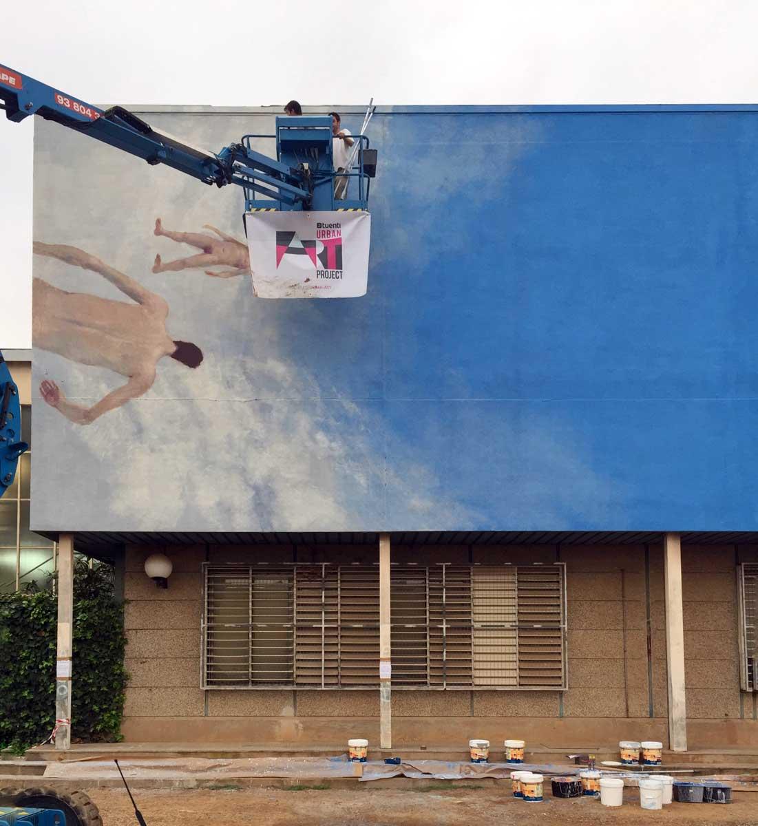 Enric Sant trabaja en su mural en la Universidad de Barcelona