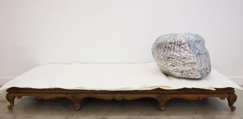 Galería Pilar Serra. Concha García. A modo de esperanza. Cerámica, pan de plata, pintura sobre papel y mueble