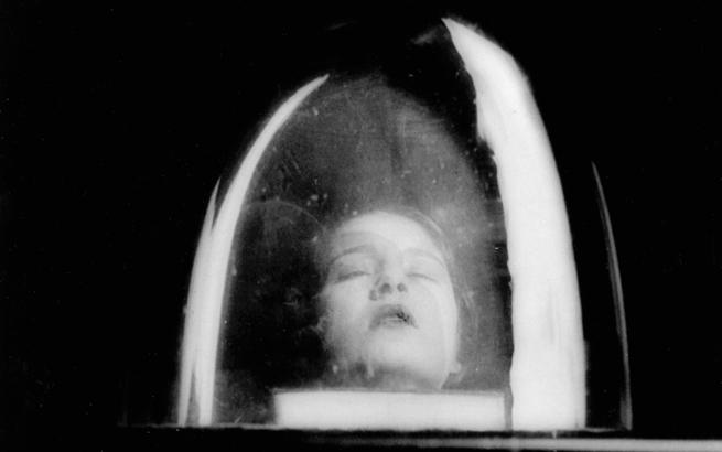 Lee Miller. Tanja Ramm dentro de una campana de cristal (detalle), 1930