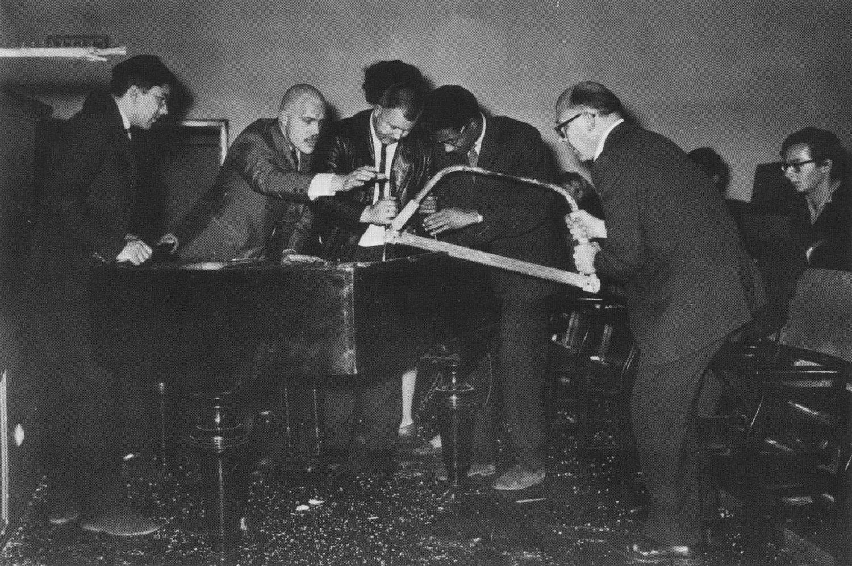 George Maciunas, Dick Higgins, Wolf Vostell, Benjamin Patterson y Emmett Williams en una performance